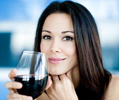 вино в руке
