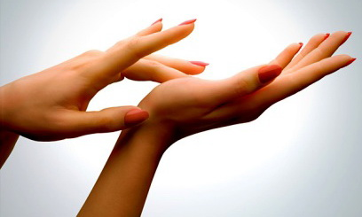 Убрал ее руки со своими руками