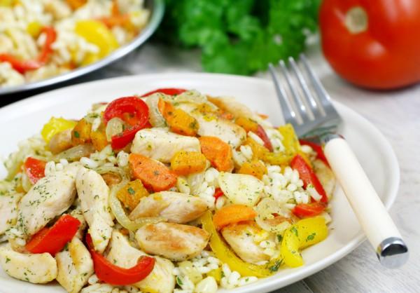 Диетический плов с куриным филе и овощами
