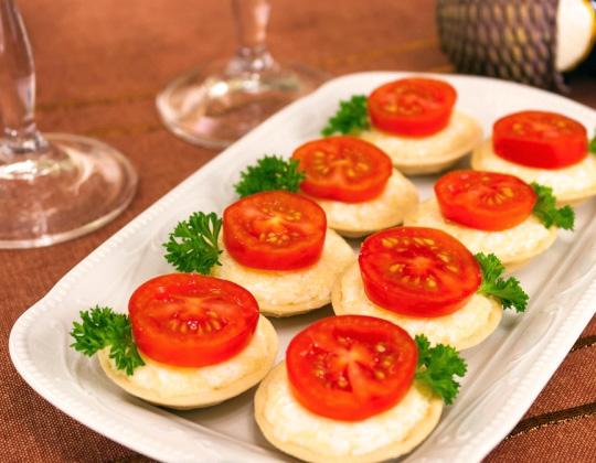 Бутерброд с помидором и сыром на завтрак