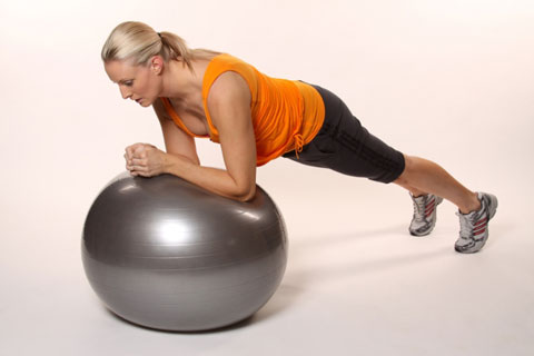 Упражнение планка на фитболе