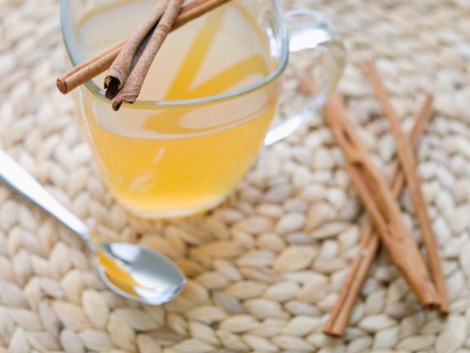 Коктейль мед, корица и яблочный уксус