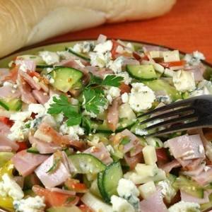 Салат из овощей, творога и ветчины