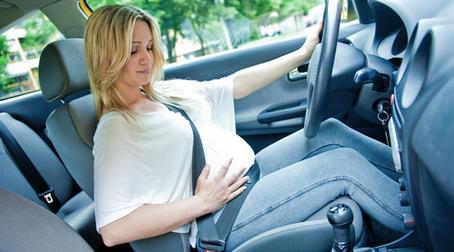 беременная женщина за рулем
