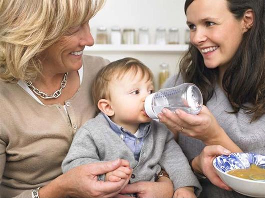 свекровь помогает воспитывать ребенка
