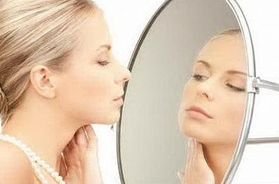 Выполнение упражнений для лица перед зеркалом