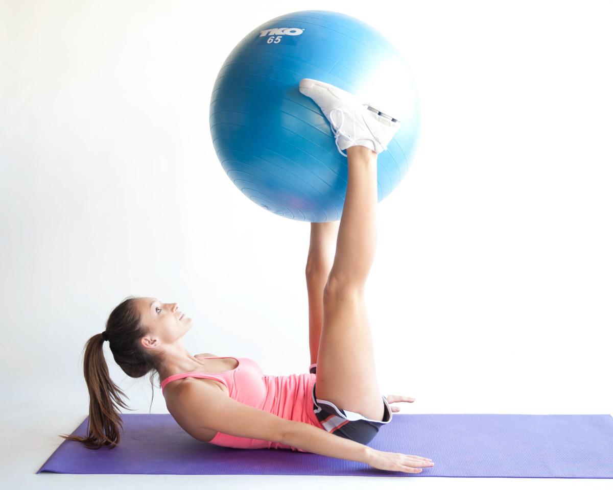 Подъем ног с фитболом