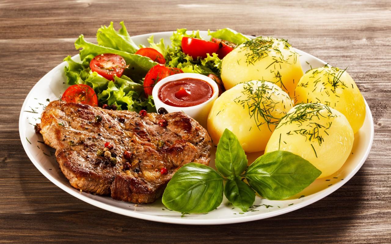 Мясо, картофель и салат