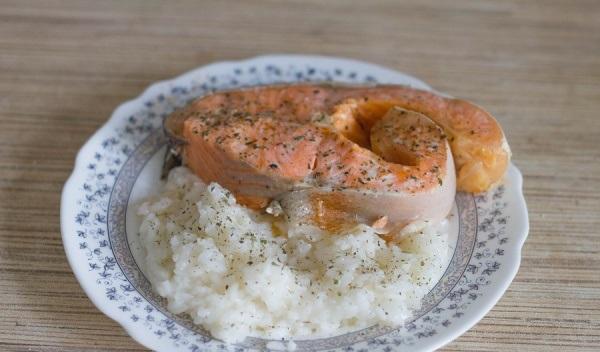 Рыба, приготовленная на пару, с гарниром из риса