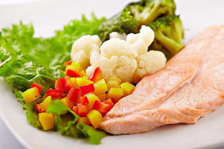 Рыба, приготовленная на пару, с овощами