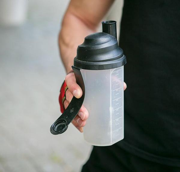Бодибилдеру необходимо носить с собой воду