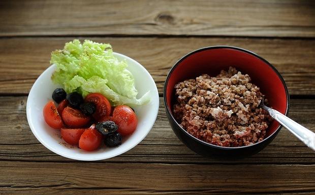 Гречка с салатом из овощей