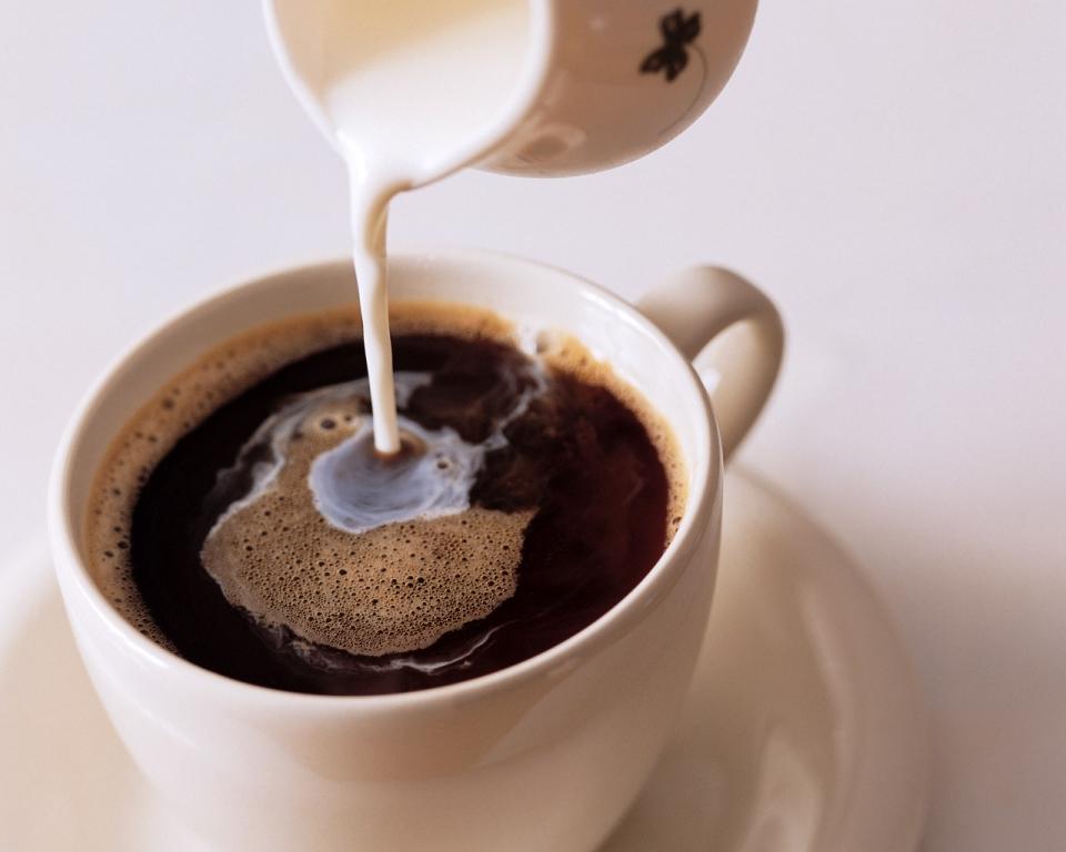 Кофе с молоком и сахаром на завтрак