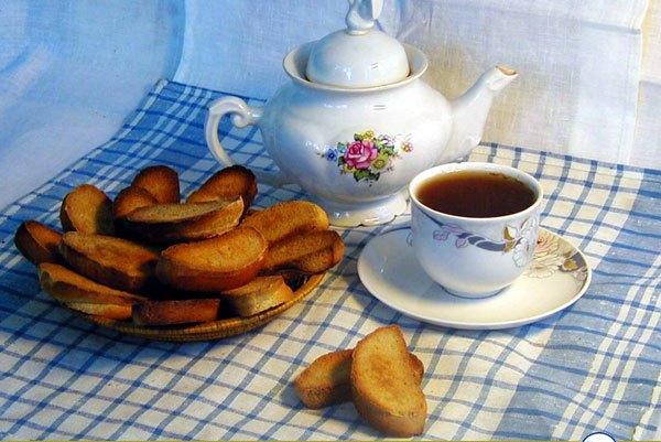 Чашка чая с сухариками