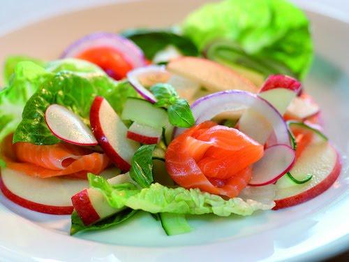 Салат из овощей, заправленный лимонным соком